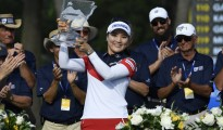 So Yeon Ryu from South Korea holds up her trophy after winning the LPGA Wal-Mart NW Arkansas Championship golf tournament at Pinnacle Country Club in Rogers, Ark., Sunday, June 25, 2017. (AP Photo/Michael Woods)/2017-06-26 08:35:20/
