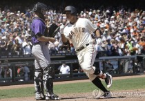 San Francisco Giants' Jae-Gyun Hwang, of South Korea, crosses the plate next to Colorado Rockies catcher Tom Murphy after hitting a solo home run during the sixth inning of a baseball game in San Francisco, Wednesday, June 28, 2017. (AP Photo/Jeff Chiu)/2017-06-29 07:10:09/